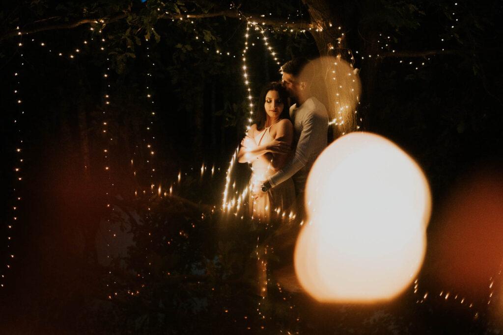 sesja narzeczeńska_ sesja w lampkach_światełka_ wisienka na torcie_ fotograf na ślub _fotografia ślubna _sesja warszawa
