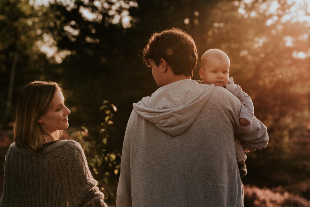 sesja rodzinna, wrzosy, mostówka, wrzosowisko, zachód słońca, naturalna sesja