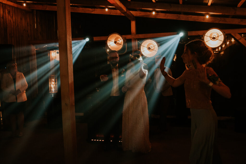 boho para młoda wesele w stodole stodoła czereśniowy sad