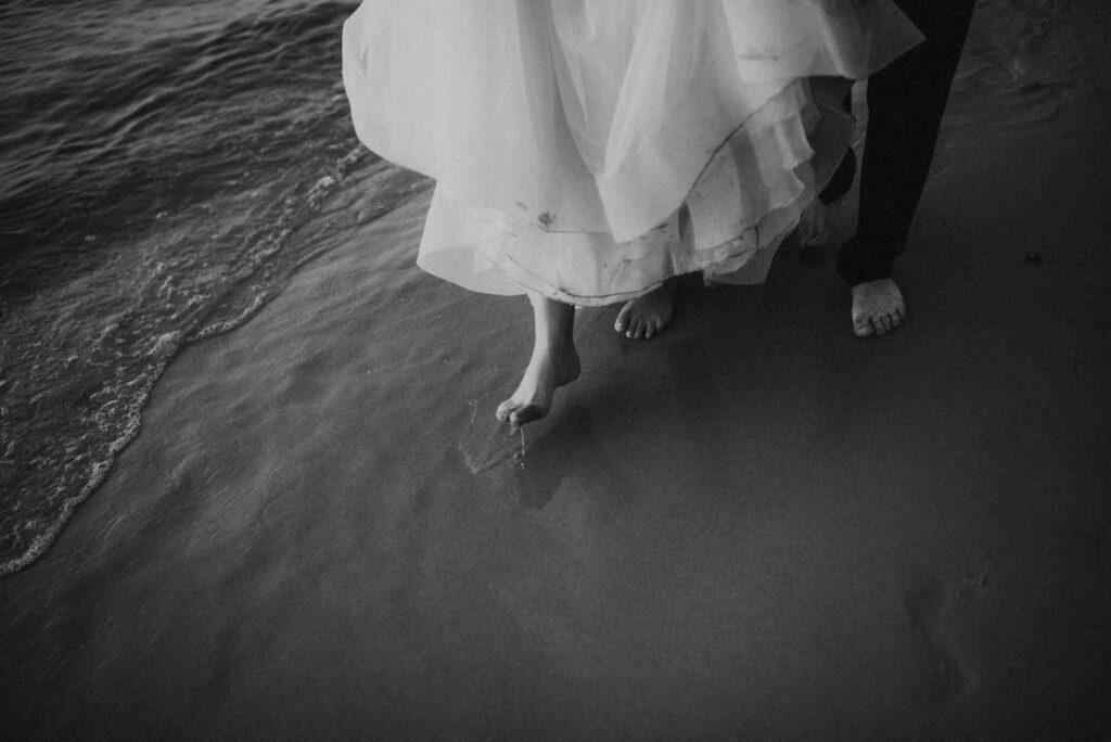 sesja nad morzem, sesja na plaży, para młoda na plaży, zachód słońca, bałtyk, wisienka na torcie