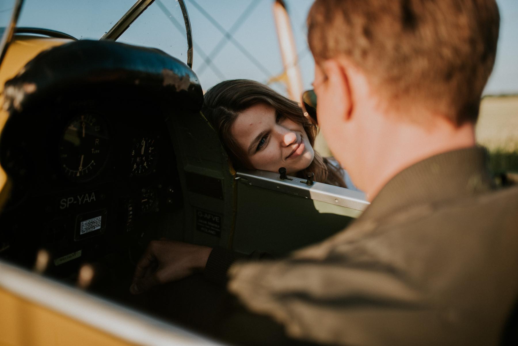sesja na lotnisku, sesja narzeczeńśka, samolot, wisienka na torcie, samolot na sesji, pilot samolotu